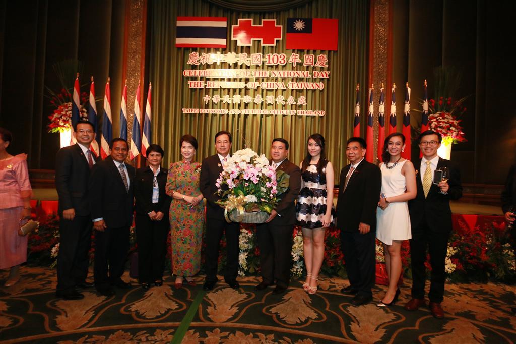 พ.ต.ท.วรรณพงษ์ คชรักษ์ รองอธิบดีกรมสอบสวนคดีพิเศษ มอบกระเช้าแสดงความยินดีในวันชาติสาธารณรัฐจีนปีที่ 103 (ไต้หวัน)