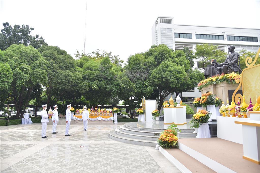 """กรมสอบสวนคดีพิเศษ ผู้แทนกระทรวงยุติธรรม ร่วมวางพานพุ่มดอกไม้ถวายราชสักการะ """"พระบิดาแห่งเทคโนโลยีของไทย"""" ประจำปี พ.ศ.2564"""
